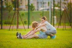 Jeunes dans les couples caucasiens hétérosexuels d'amour, homme avec la femme de barbe avec de grands seins faisant l'exercice ét Photos stock