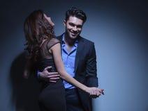 Jeunes danses et rires de couples Images libres de droits