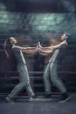 Jeunes danseurs avec plaisir touchant des mains Images stock