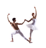 Jeunes danseurs classiques exécutant sur le blanc Photographie stock