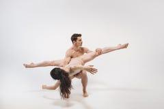 Jeunes danseurs classiques gracieux exécutant dans le studio blanc Image stock