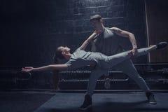 Jeunes danseurs concentrés exécutant ensemble Photo stock