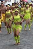 Jeunes danseurs dans des costumes lumineux de couleur en Equateur Photo libre de droits