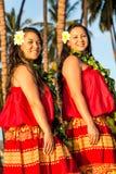 Jeunes danseurs de danse polynésienne Photo stock