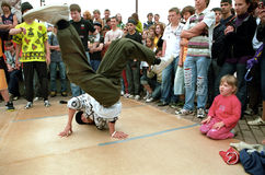 Jeunes danseurs de rupture d'exposition de garçons. Photographie stock