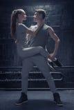 Jeunes danseurs exécutant dans l'interaction étroite les uns avec les autres Image libre de droits