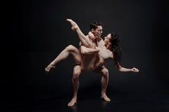 Jeunes danseurs impliqués exécutant dans le studio Photos stock