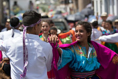 Jeunes danseurs indigènes dans l'usage traditionnel en Equateur Photographie stock