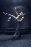 Jeunes danseurs inspirés exécutant ensemble Photos stock