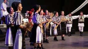 Jeunes danseurs roumains dans le costume traditionnel banque de vidéos
