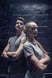 Jeunes danseurs se tenant avec les bras croisés Images stock