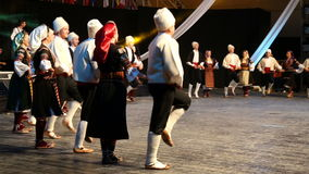 Jeunes danseurs serbes dans le costume traditionnel Image stock