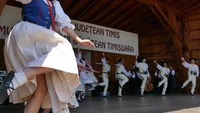 Jeunes danseurs slovaques dans le costume traditionnel banque de vidéos