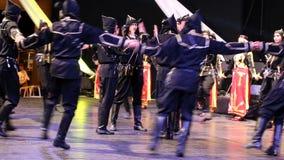 Jeunes danseurs turcs dans le costume traditionnel Images stock