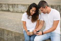Jeunes datation de couples et d'utilisation smartphone ensemble Photo libre de droits