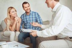 Jeunes de couples de loyer d'appartement immobiliers ensemble image libre de droits