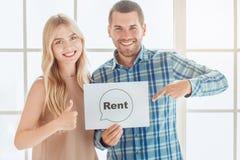 Jeunes de couples de loyer d'appartement immobiliers ensemble photos libres de droits