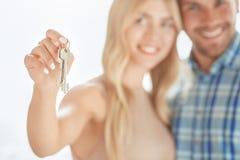 Jeunes de couples de loyer d'appartement immobiliers ensemble images stock