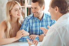 Jeunes de couples de loyer d'appartement immobiliers ensemble photographie stock