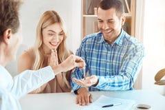 Jeunes de couples de loyer d'appartement immobiliers ensemble photo stock