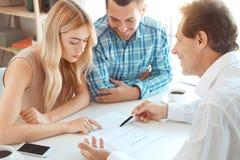 Jeunes de couples de loyer d'appartement immobiliers ensemble photographie stock libre de droits
