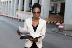 jeunes de femme d'affaires d'afro-américain Photo stock
