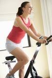 jeunes de femme d'exercice de vélo Photographie stock