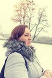 jeunes de femme de l'hiver de stationnement Photo stock