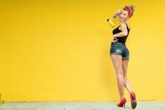 jeunes de femme de mur de peinture Images libres de droits