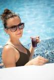jeunes de femme de natation de regroupement photo stock