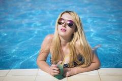jeunes de femme de natation de regroupement photos libres de droits