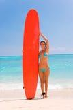 jeunes de femme de planche de surfing photographie stock libre de droits