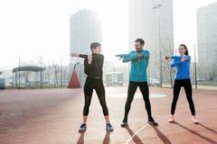 Jeunes de forme physique courant dans la zone urbaine Images stock