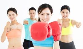 Jeunes de groupe dans la classe de boxe photographie stock libre de droits