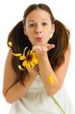 jeunes de jaune de fille de fleur Photographie stock