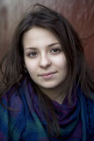 jeunes de l'adolescence sérieux d'écharpe de verticale de fille Images libres de droits