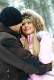 jeunes de l'hiver de stationnement de couples Photo stock
