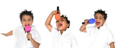 jeunes de microphone de garçon images libres de droits