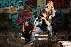 Jeunes de mode au mur de graffiti Images stock
