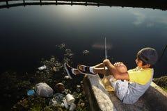 jeunes de pêche de garçon images libres de droits