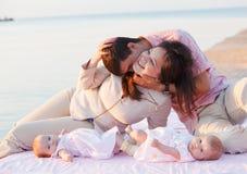 jeunes de repos heureux de famille Photographie stock