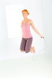 jeunes de saut de femme de corde photo stock
