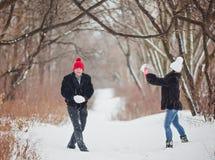 jeunes de sourire de l'hiver d'amour heureux de couples Images stock