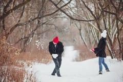 jeunes de sourire de l'hiver d'amour heureux de couples Photo stock