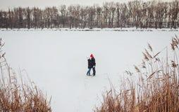 jeunes de sourire de l'hiver d'amour heureux de couples Photographie stock libre de droits