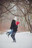 jeunes de sourire de l'hiver d'amour heureux de couples Images libres de droits
