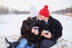 jeunes de sourire de l'hiver d'amour heureux de couples Image libre de droits