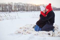 jeunes de sourire de l'hiver d'amour heureux de couples Photos stock