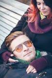 jeunes de sourire de l'hiver d'amour heureux de couples Photos libres de droits
