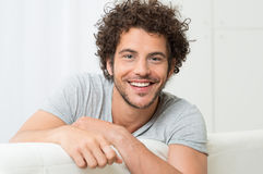 jeunes de sourire de verticale d'homme Photographie stock libre de droits
